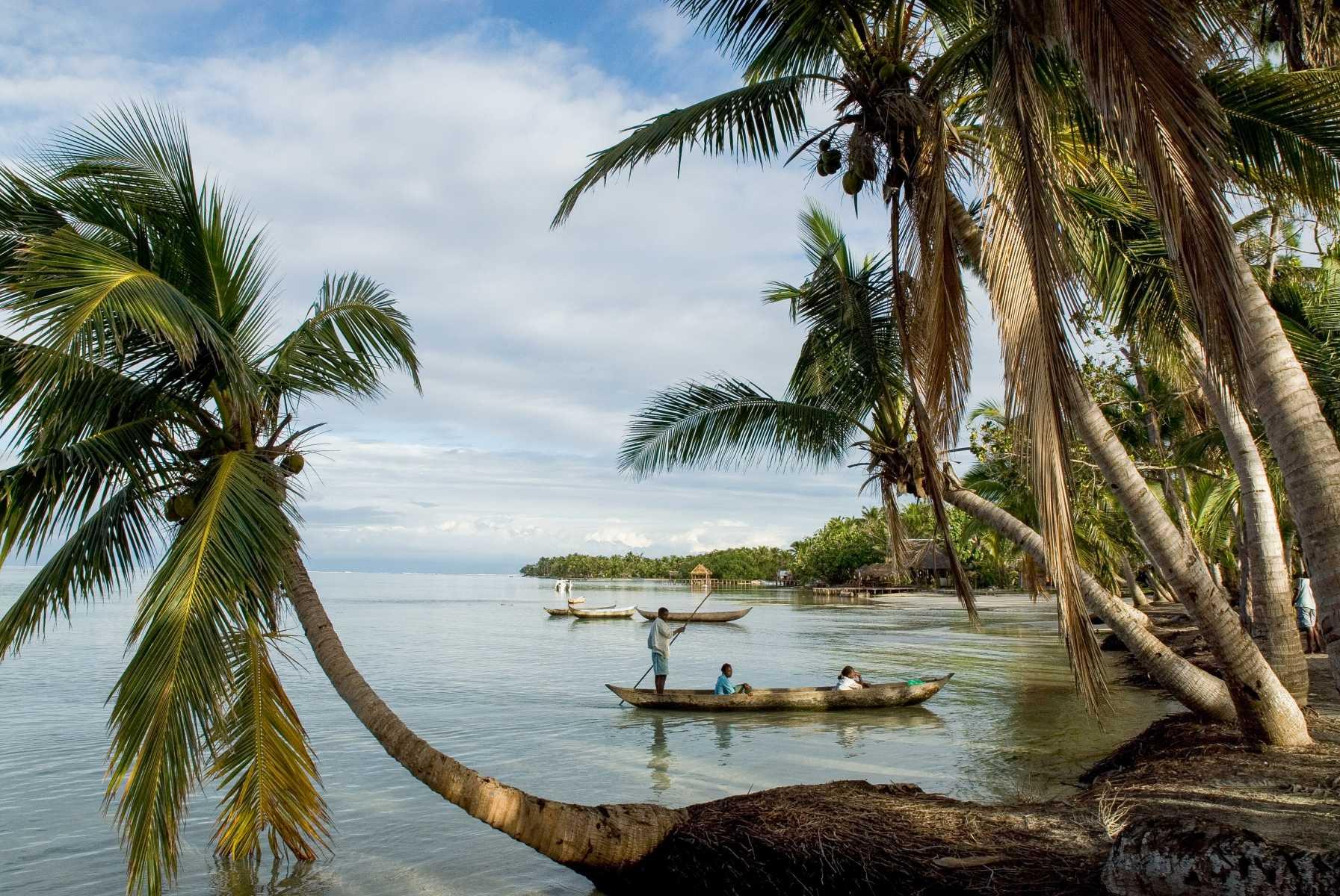Afrique - Madagascar- Sainte-Marie - Arrivée en pirogue sur l'îlot aux Nattes et ses plages idylliques liserées de cocotiers…