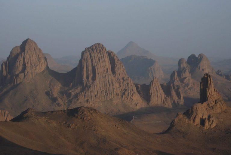 Algérie - Atakor - Ce paysage unique est celui devant lequel méditait chaque jour le père de Foucault depuis son ermitage situé sur le plateau de l'Assekrem.