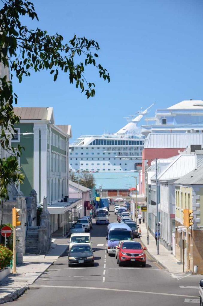 Bahamas - Paquebot de croisière au bout de la rue