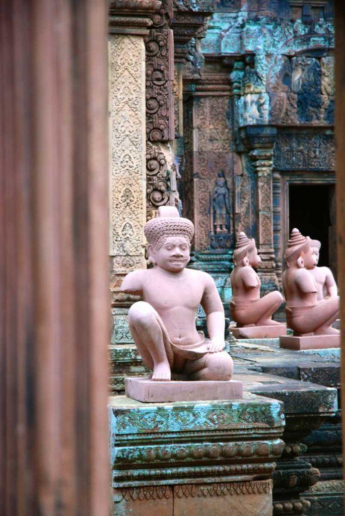 Cambodge - Angkor - Les copies des statues des gardiens du temple de Banteay Srei.