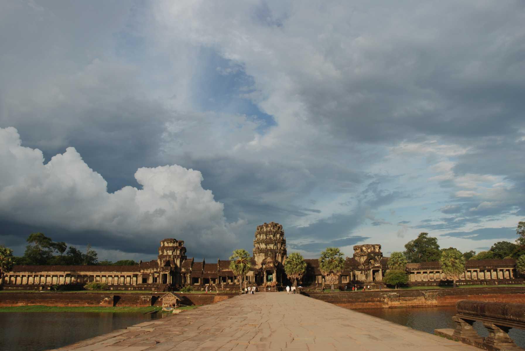 """Cambodge - Angkor - Angkor Vat, """"la ville qui devient une pagode"""", le plus grand des temples khmers."""