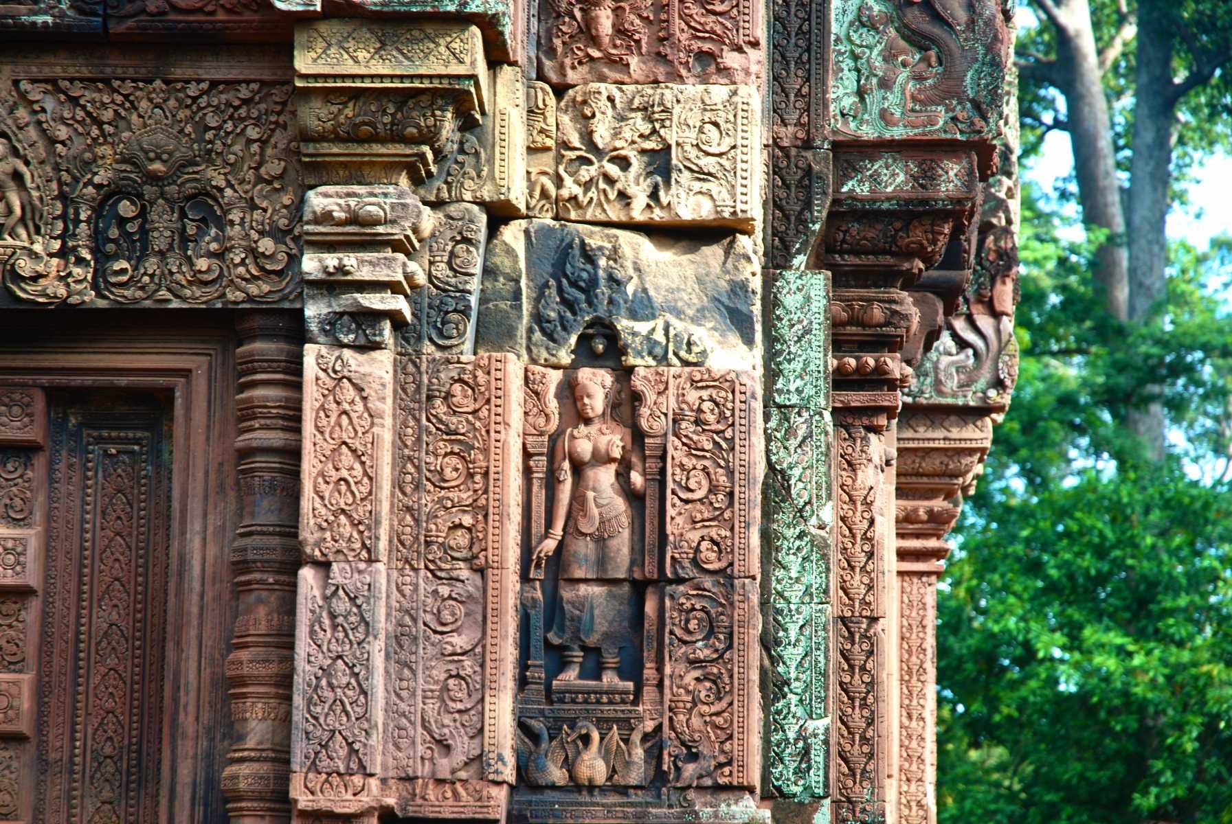 Le temple de Banteay Srei et l'Apsara, présentée comme celle volée par Malraux.