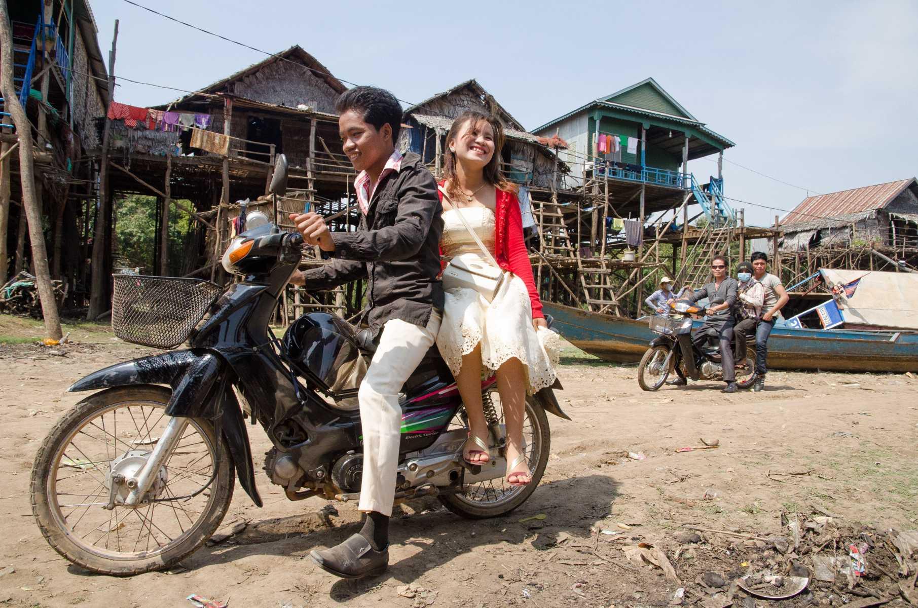Cambodge - Angkor - Scène de village sur les rives du lac Tonle Sap, au pays d'Angkor