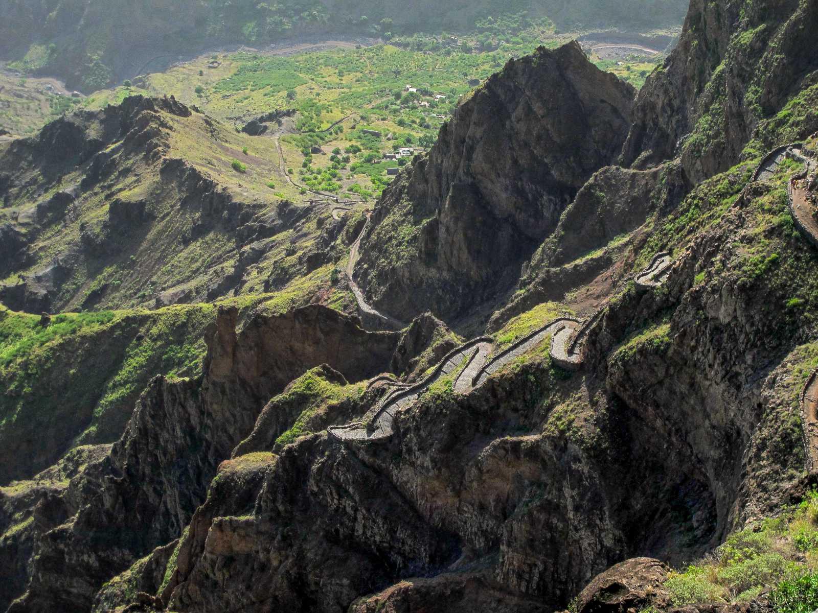 Cap-Vert - Le vertigineux sentier pavé qui grimpe au sommet de la Bordeira do Norte, sur le toit de Santo Antao.