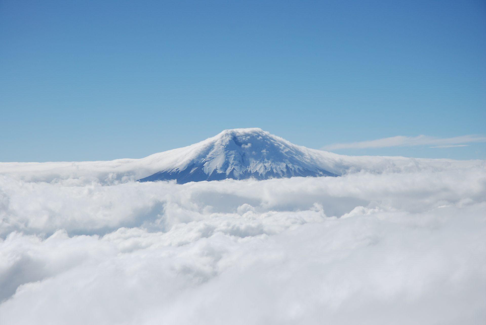 Equateur - Cotopaxi - Le volcan émerge des nuages