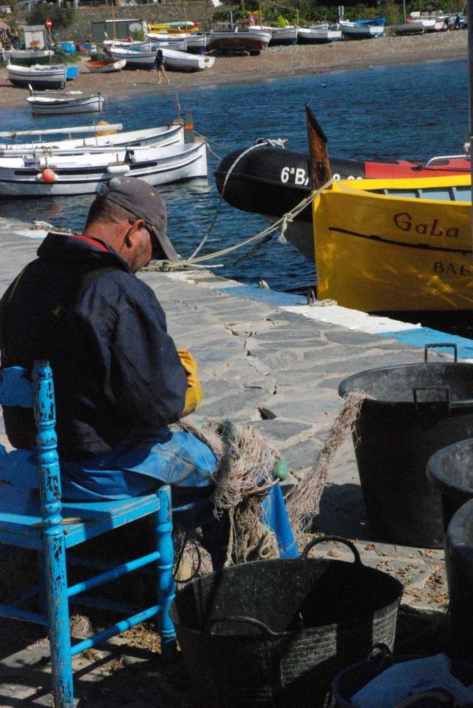 Espagne - Costa Brava - pêcheur face à Gala, Portlligat.