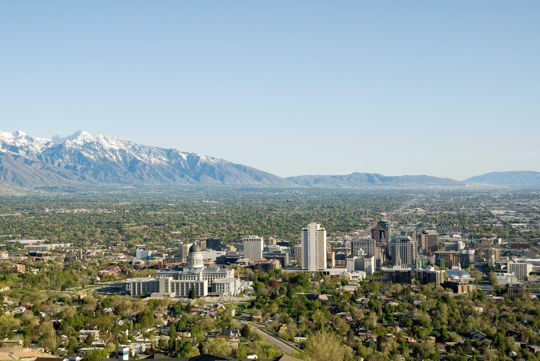 Etats-unis - Salt Lake City - Vue de la colline d'Ensign Park. Au centre, le Capitole de l'état d'Utah. A droite, Temple Square. En arrière-plan, les Wasatch Mountains.