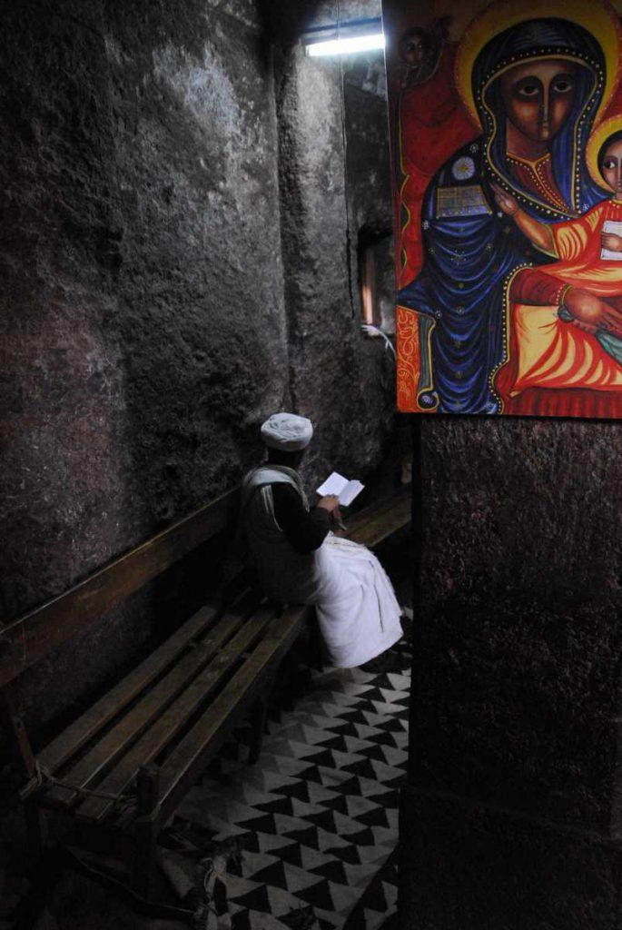 Ethiopie - Lalibela - Prêtre priant.