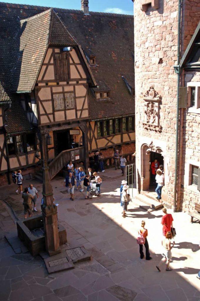 France - Alsace - Haut Koenigsbourg - Cour basse du château