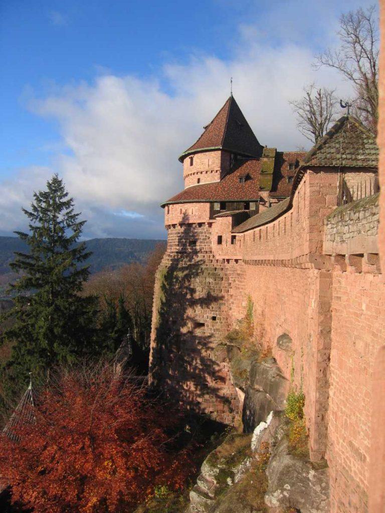 France - Alsace - Haut Koenigsbourg - Les remparts du château aux couleurs de l'automne.