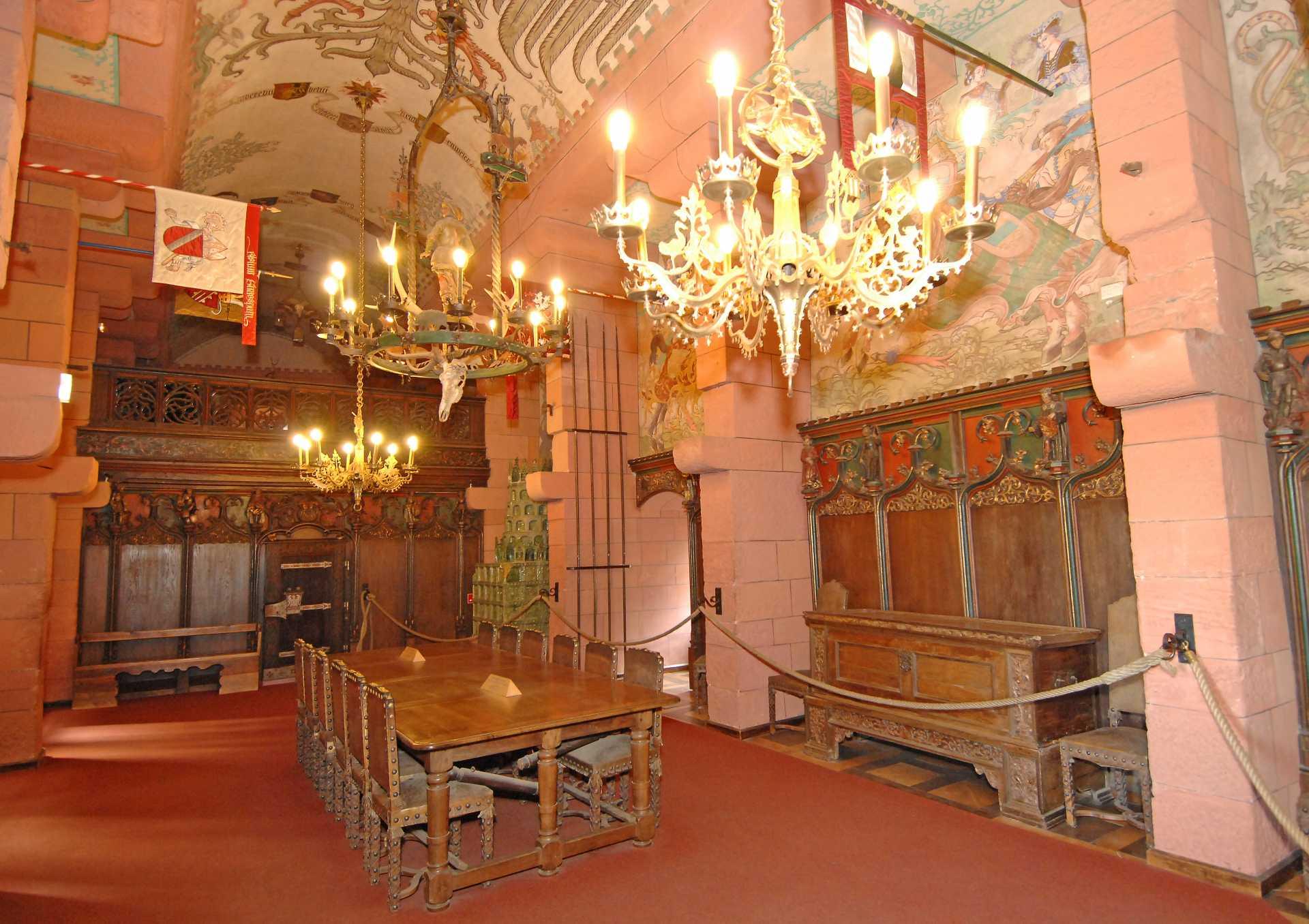 France - Alsace - Haut Koenigsbourg - La Salle des fêtes du château, une salle « moyenâgeuse » imaginée par Guillaume II, certes amateur d'art médiévaux, mais repensée à la gloire de l'Empire allemand.