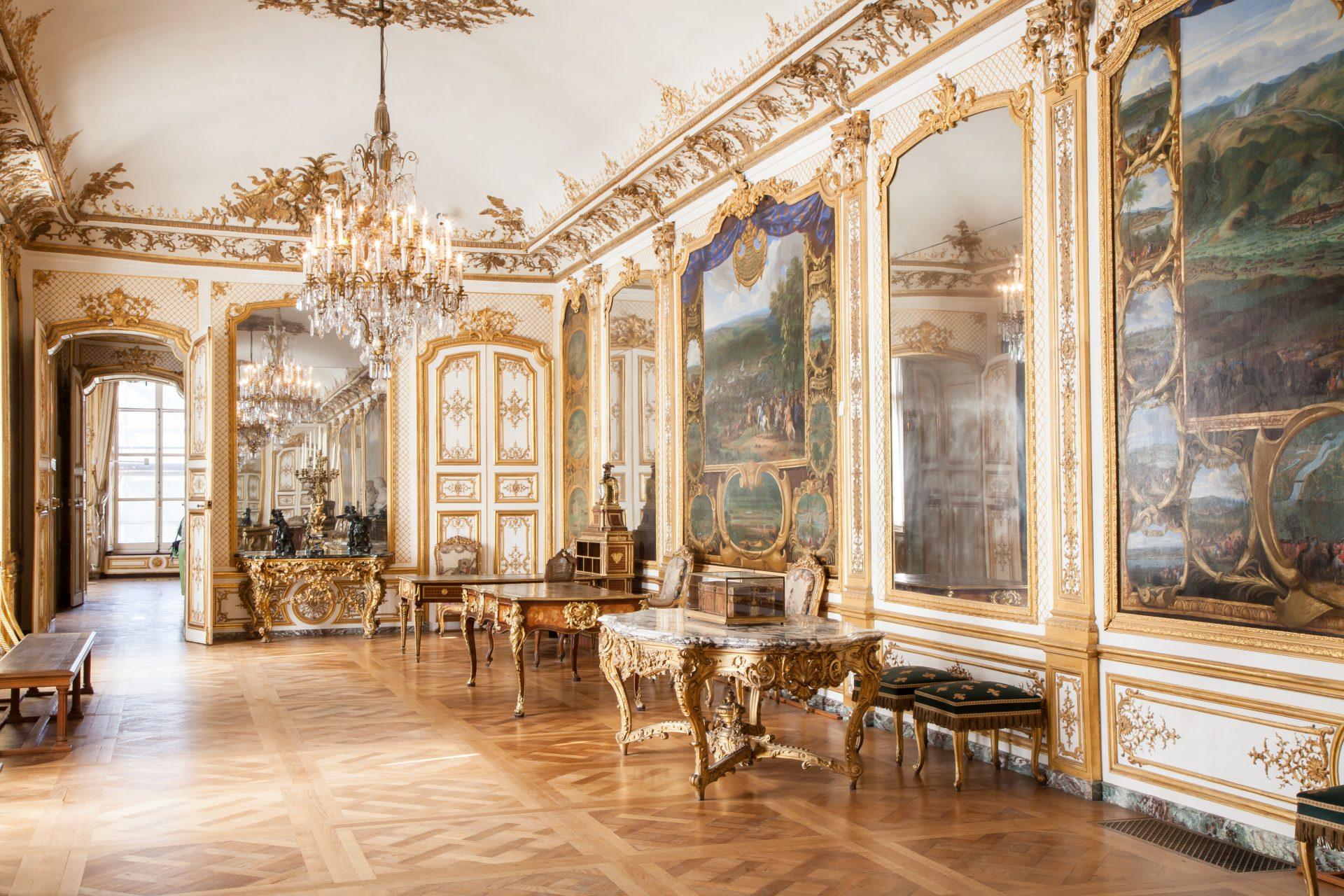 France - Château de Chantilly - La Galerie des batailles est l'ancienne salle de réception des Princes de Condé. Décorée au XVIIe, elle présente onze toiles qui illustrent les victoires du Grand Condé.