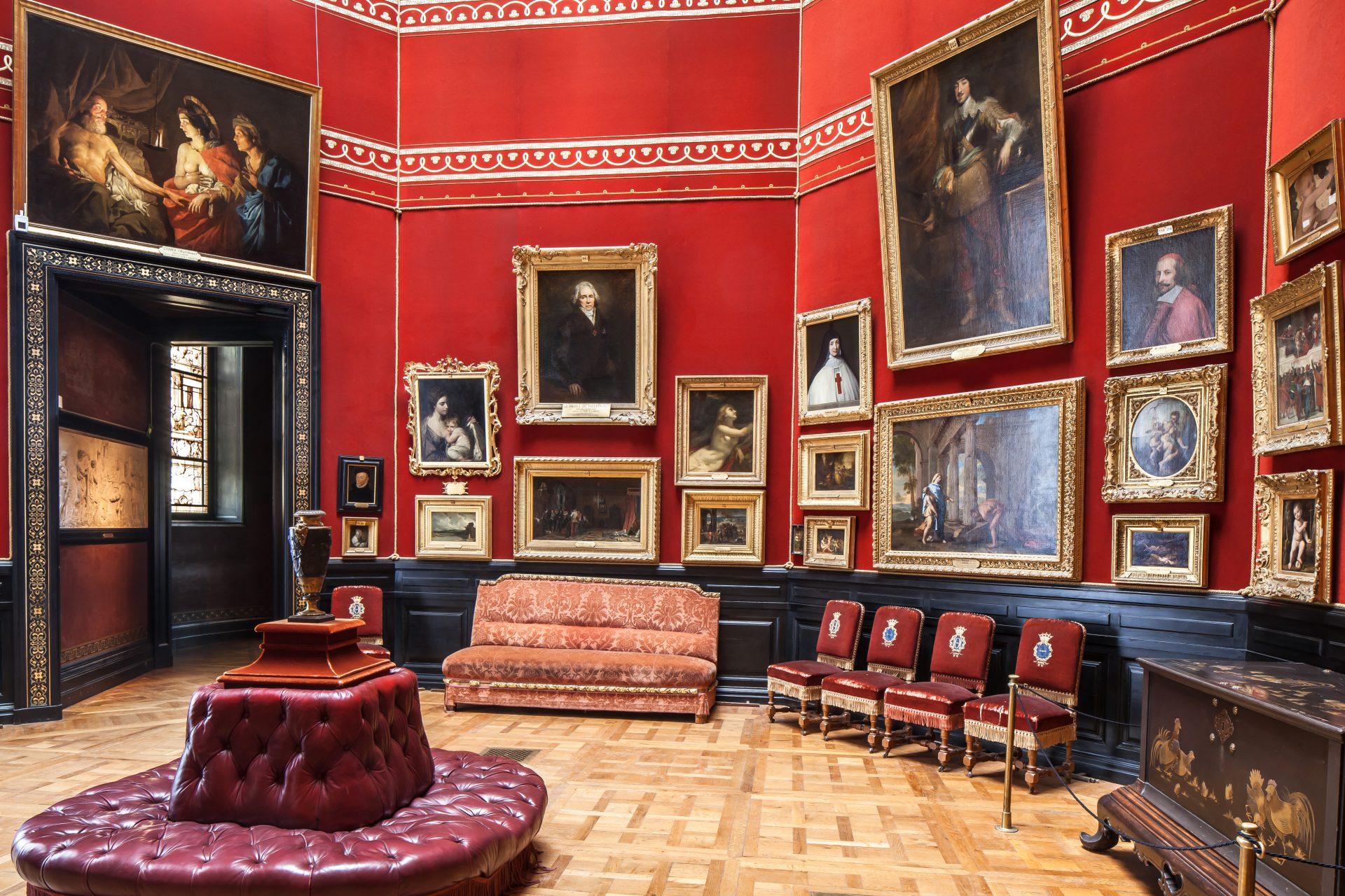 France - Château de Chantilly - Le duc d'Aumale a conçu cette pièce dite « La Tribune » comme un panorama de l'histoire de la peinture. Fra Angelico, Watteau, Titien, Poussin, entre autres, y sont exposés.
