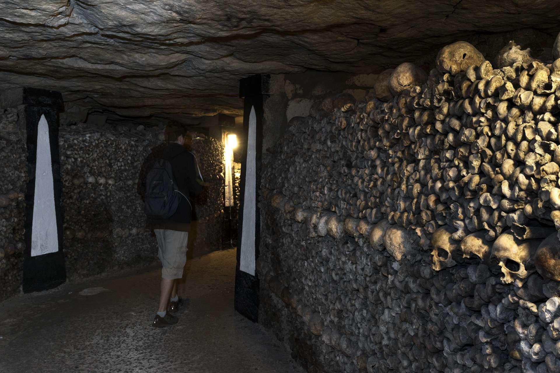 France - Paris - Catacombes - Dans les allées des catacombes de Paris.