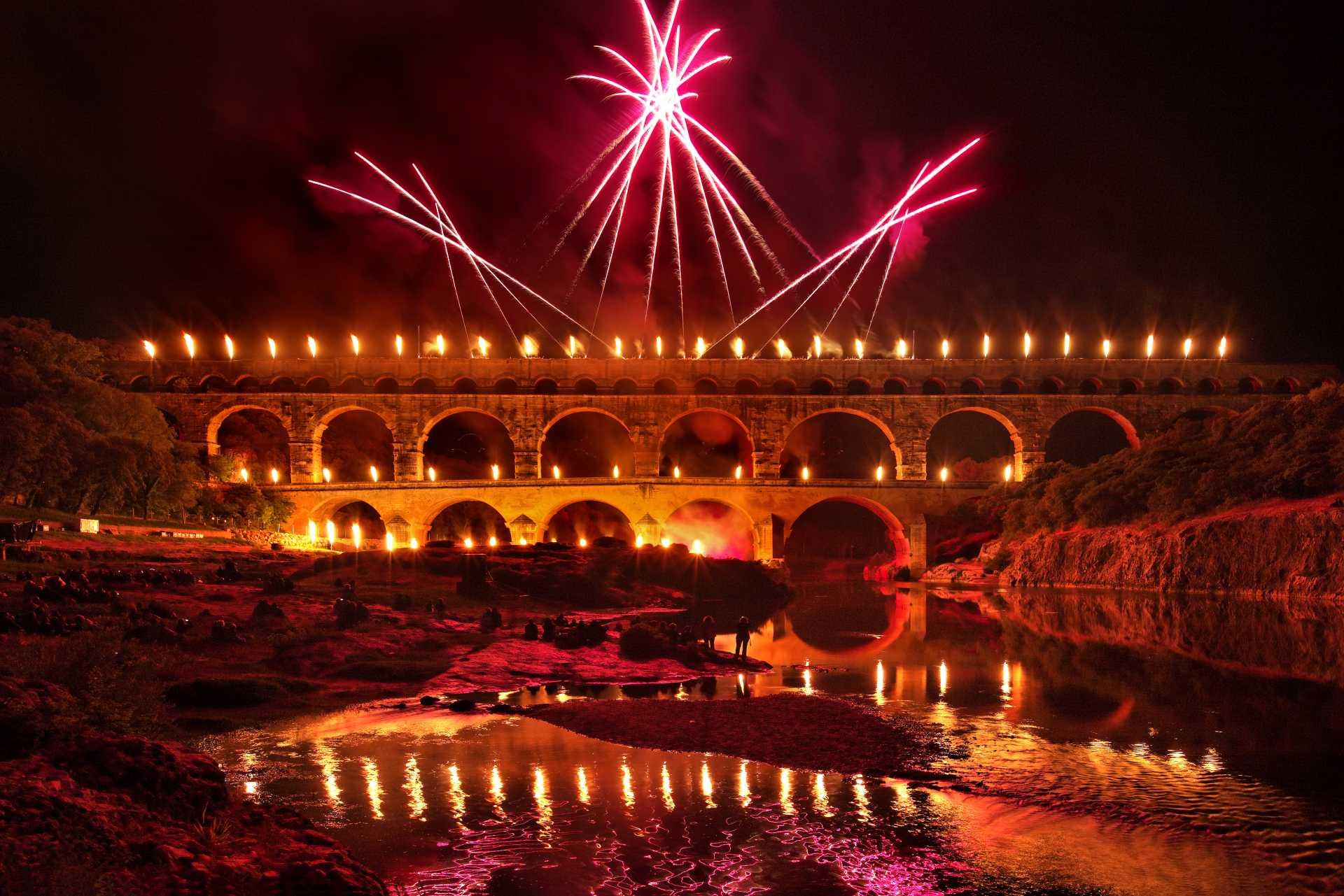 France - Pont du Gard - Spectacle - Chaque été, à la nuit tombée, le Pont du Gard s'embrase des illuminations.