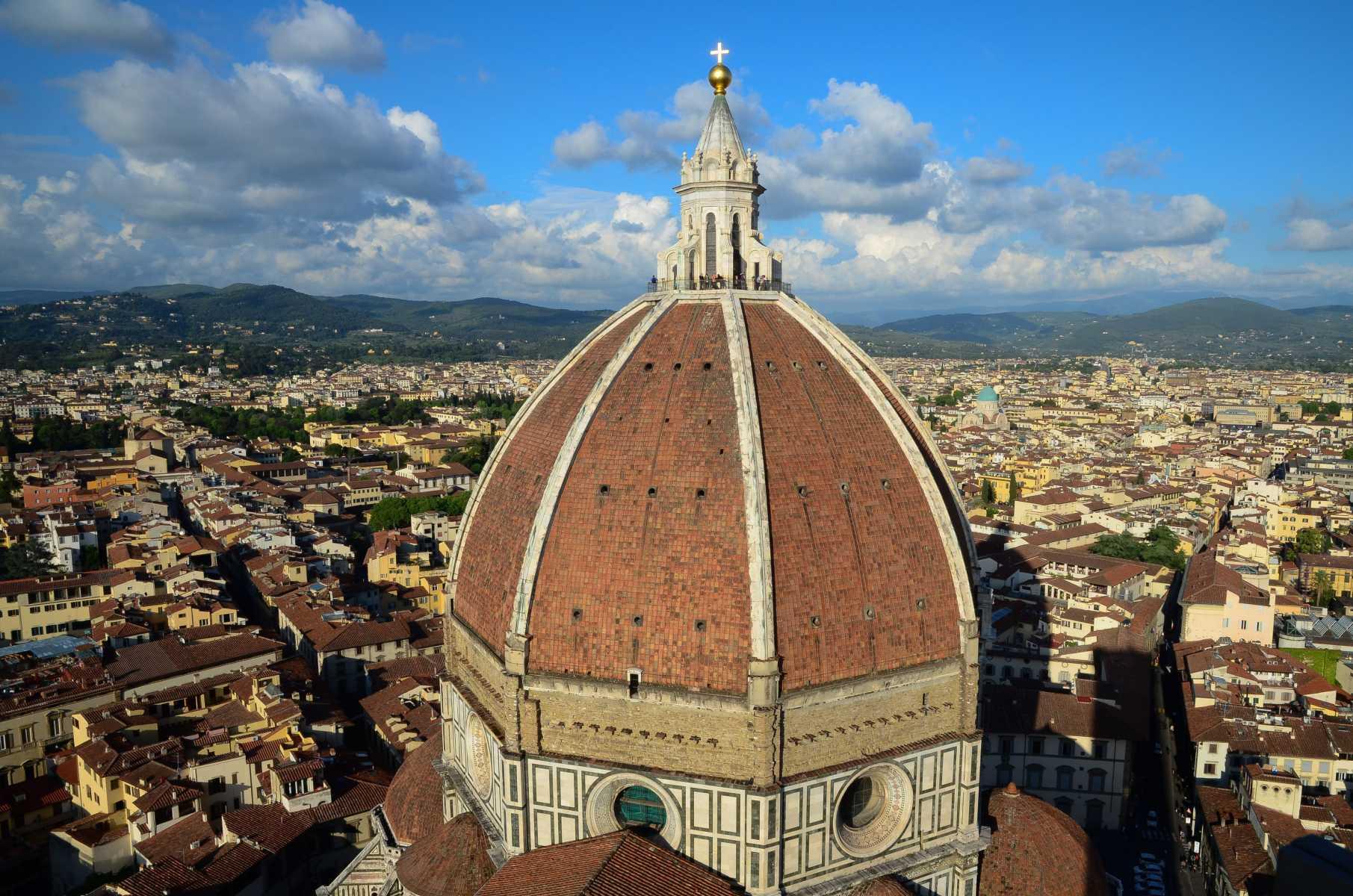 Italie - Toscane - Au pied de la cathédrale de Florence, dessinée au XVe siècle par Brunelleschi, les toits roux de la ville et les collines de Toscane, au loin.