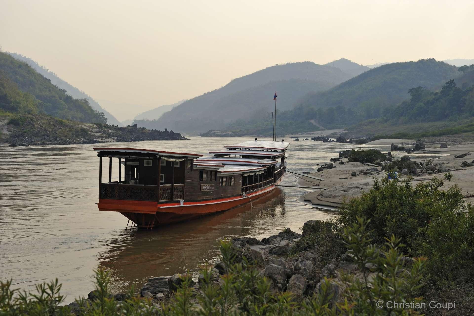 Laos - Notre bateau de croisière pour remonter vers Luang Prabang, à travers les gorges du Mékong.