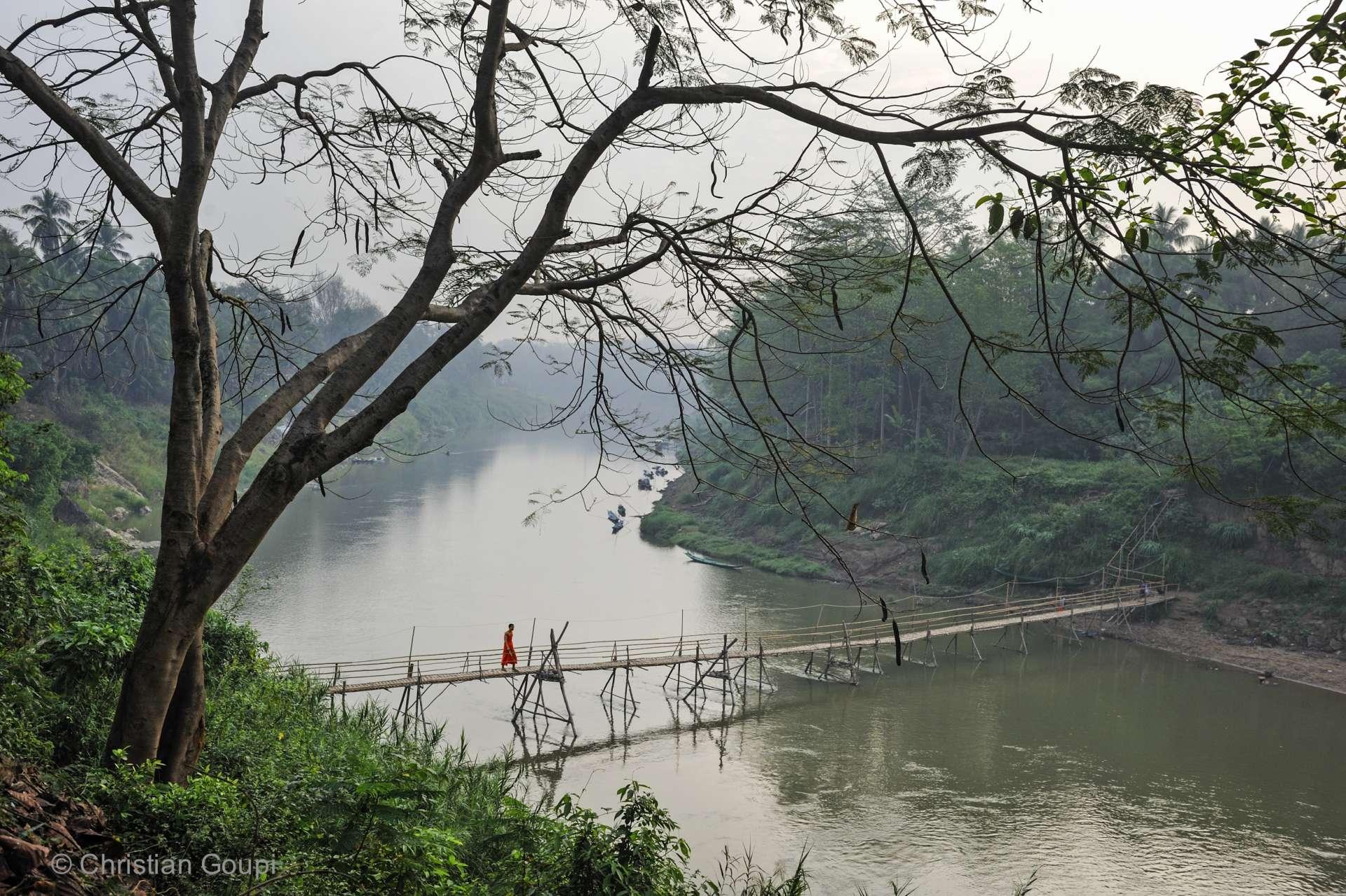 Laos- Pont éphémère en bambou sur la rivière Nam Khan.