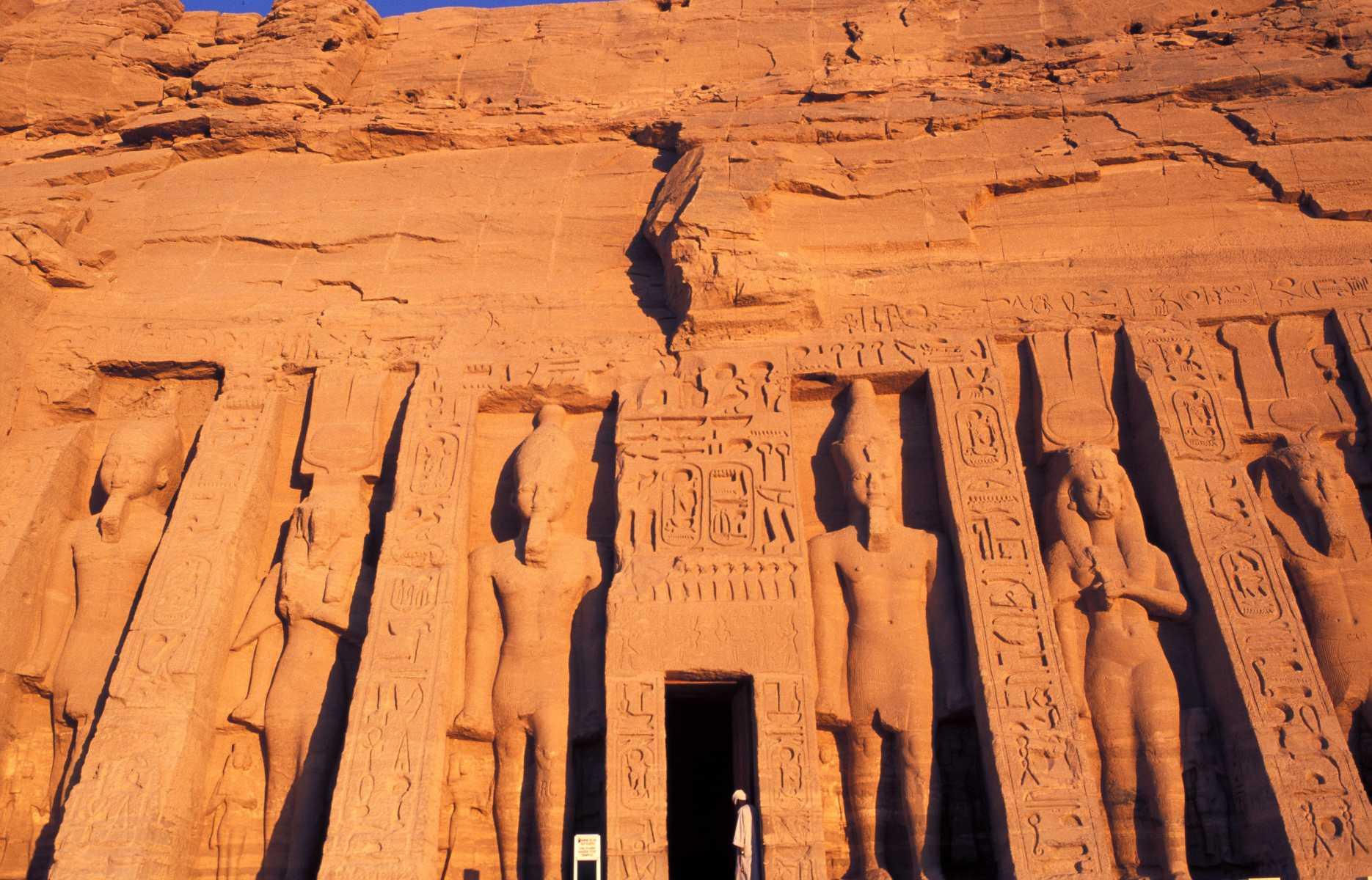 Nubie - Soleil couchant sur le petit temple d'Abou Simbel, voué au culte de Néfertari. L'épouse de Ramsès II y est représentée sous les traits de la déesse de la beauté Hathor