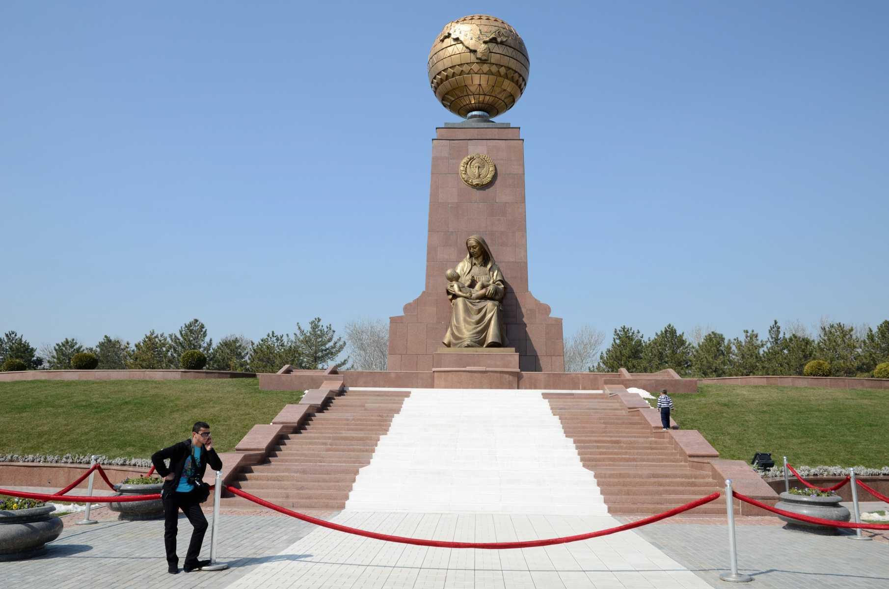 Place de l'Indépendance à Tachkent, capitale de l'Ouzbékistan
