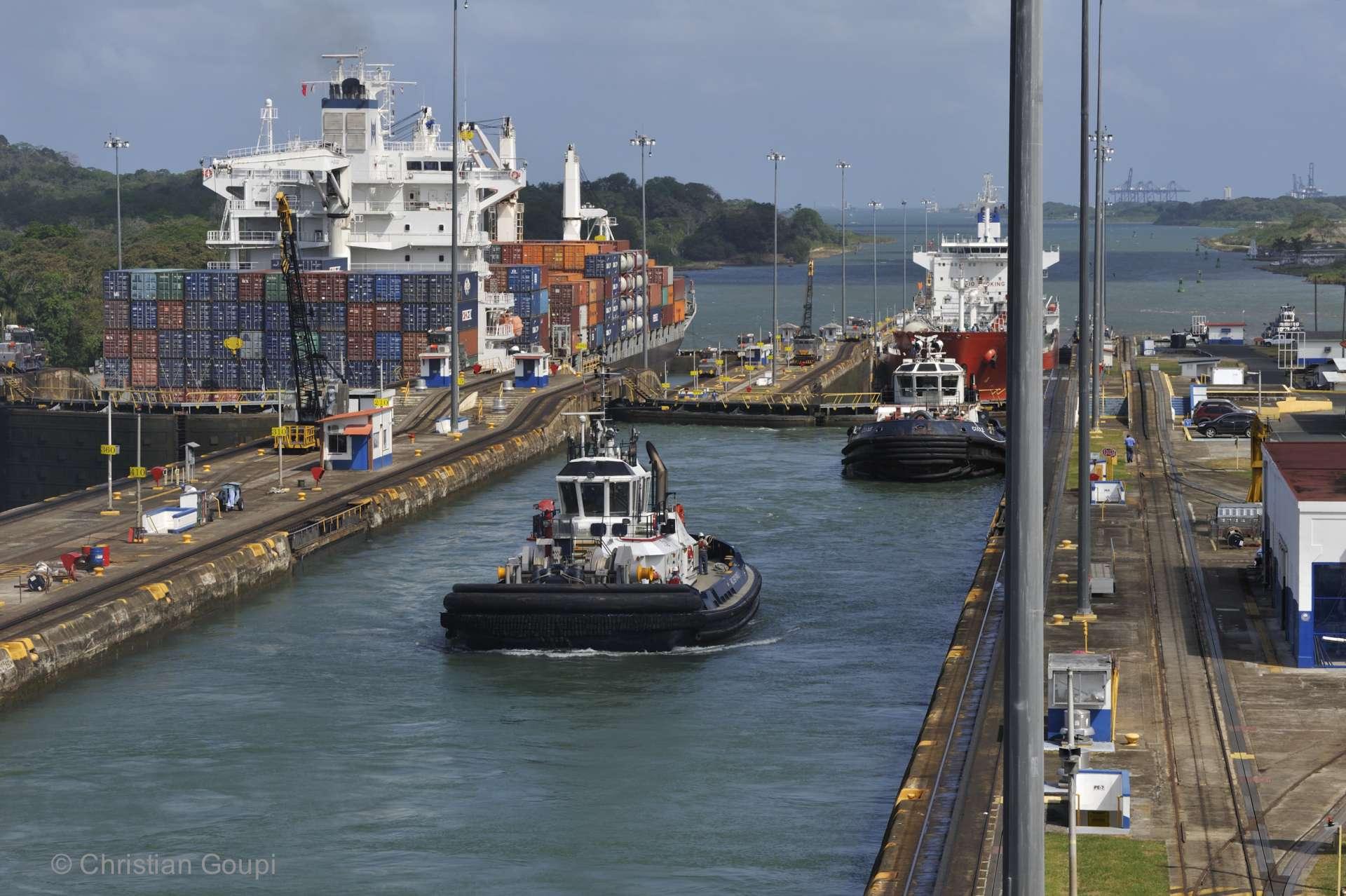 Panama - Un cargo passant les écluses de Gatun, sur le canal de Panama.