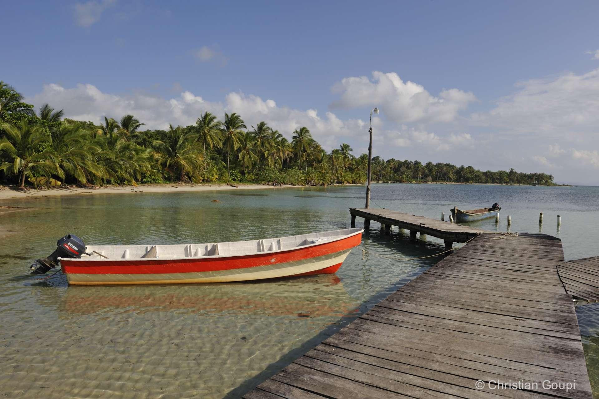 Panama - Petit ponton bien cool sur la plage de Boca del Drago sur l'île de Colon, dans l'archipel Bocas del Toro.
