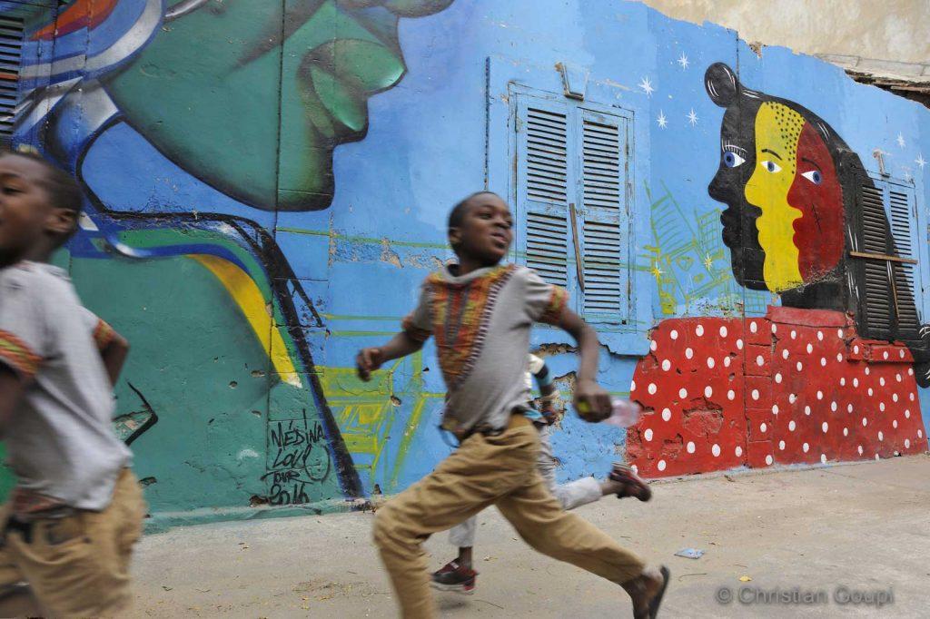 Sénégal - Dakar - Peinture murale collective dans le quartier Medina