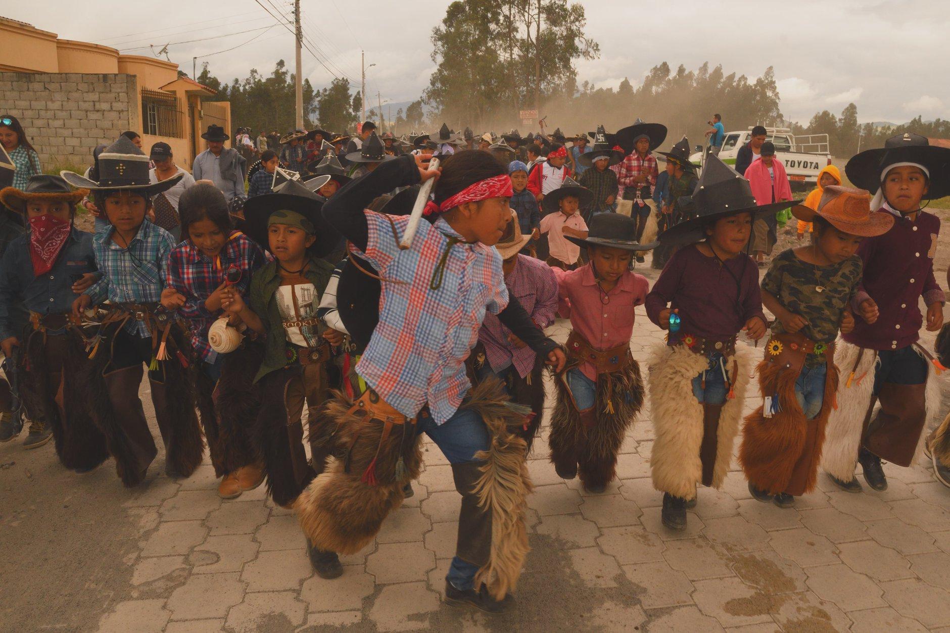 Sur le chemin de Cotacachi, en Equateur, lors de la fête d'Inti Raymi, qui appelle au retour du soleil. Photo Dominique de la Tour