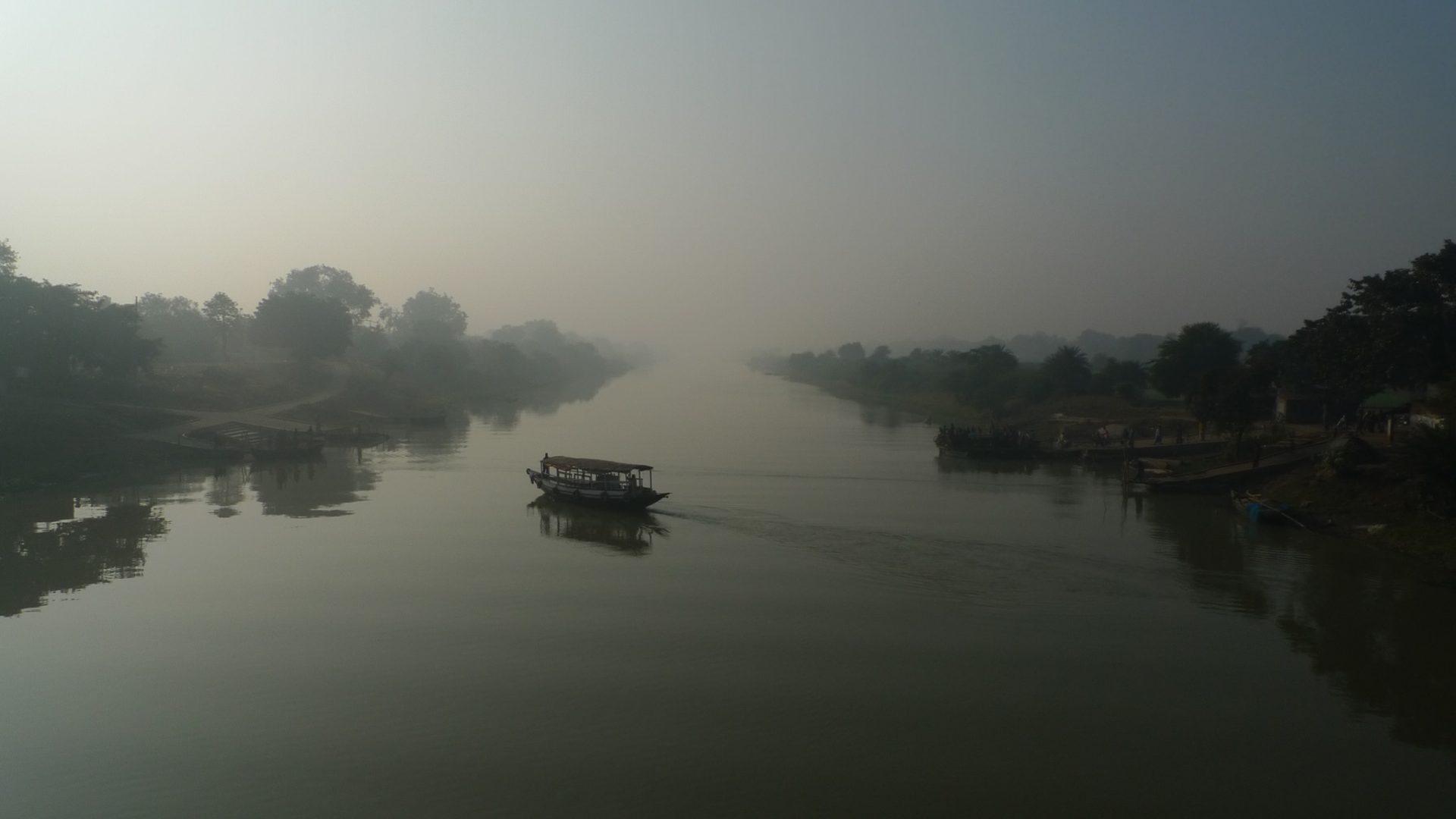 L'aube se lève sur la Hoogly River au Bengale Occidental. Le voyage dans tout son mirage. Le chemin que je m'apprête à emprunter se confond avec l'horizon. Photo Antoine Colombin