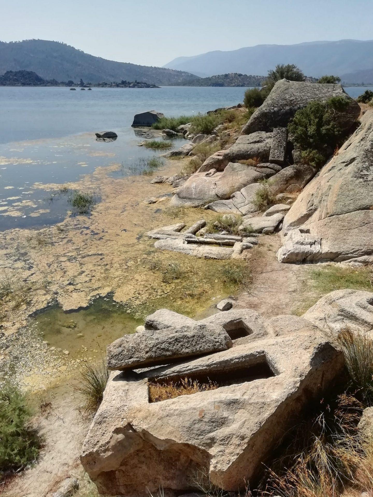 La nécropole d'Héraclée, cité carienne du Ve siècle av. JC, lentement submergée par les flots sales du lac de Bafa en Turquie. Photo Vincent Petit