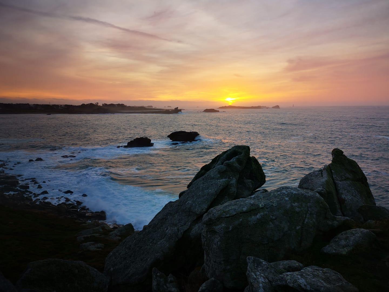 Coucher de soleil sur la route de la Côte des Légendes, en Bretagne. Photo Laurence Ubeda Montoya