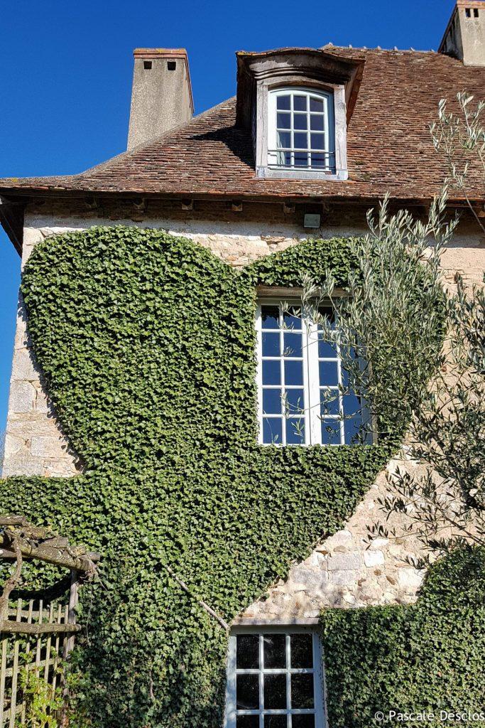 Façade et lierre en forme de coeur aux Jardins du Prieuré d'Orsans, Maisonnais, Berry