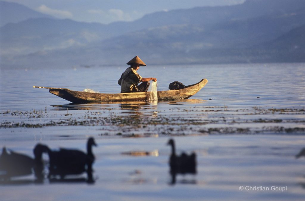 indonesie-sumatra-lac-manijau-pecheur-pirogue-photo-christian-goupi