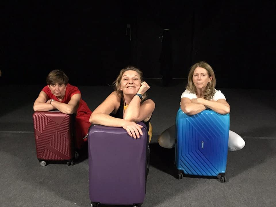 """""""Terminal 2E"""", la pièce qu'on a jouée au Théâtre ADEC La Rochette de Josselin juste avant le confinement. Trois femmes se rencontrent à l'aéroport de Roissy, un jour de grève... Photo Cécile Desclos"""
