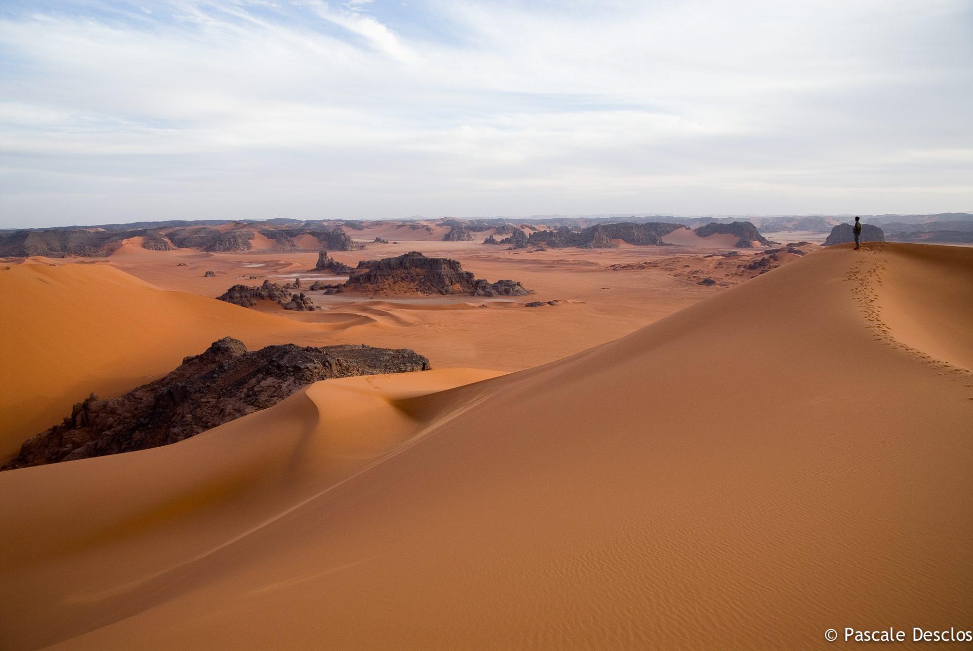 Radonneurs sur la dune, Massif de la Tadrart rouge, Tassili N'Ajjer, sud Algérie
