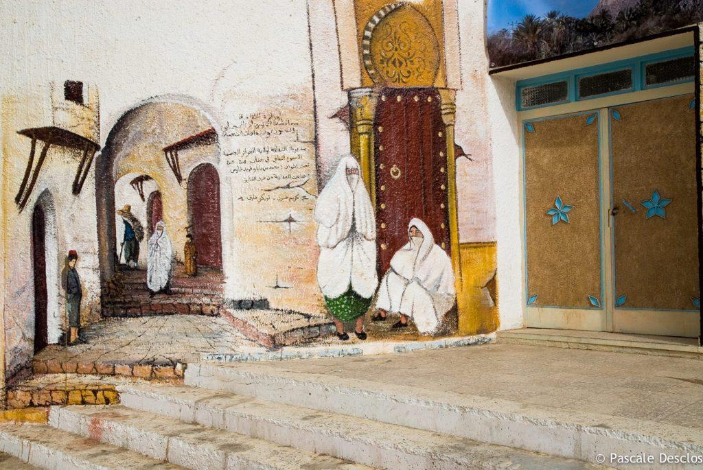 Mur peint en trompe l'oeil à Djanet, porte d'entrée du parc national du Tassili N'Ajjer, sud Algérie