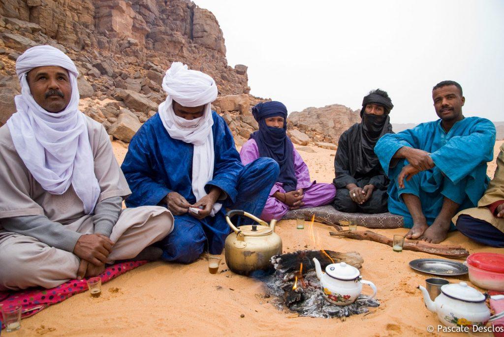 Cérémonie des trois thés au bivouac dans le parc national du Tassili N'Ajjer, sud Algérie