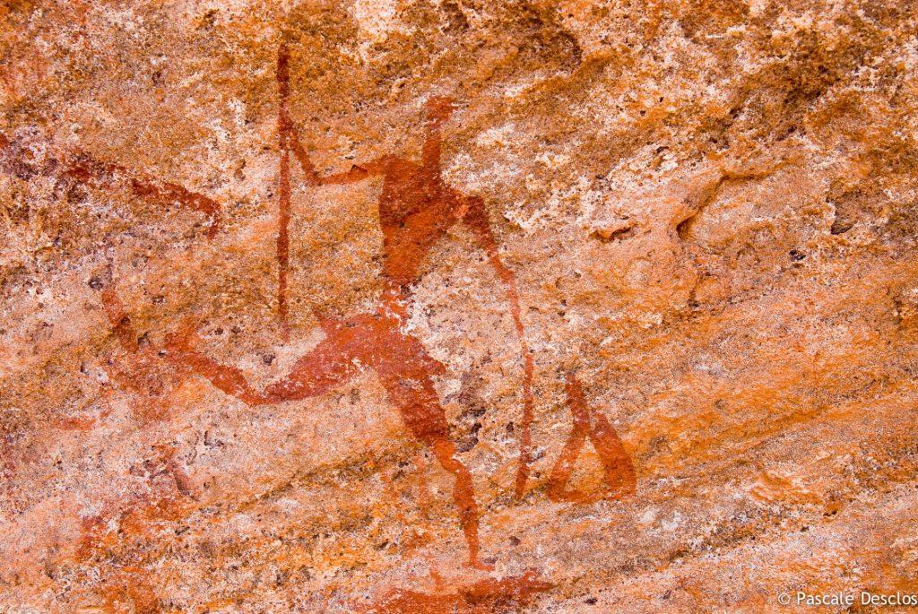 Gravure rupestre de chasseurs, néolithique, dans le parc national du Tassili N'Ajjer, sud Algérie