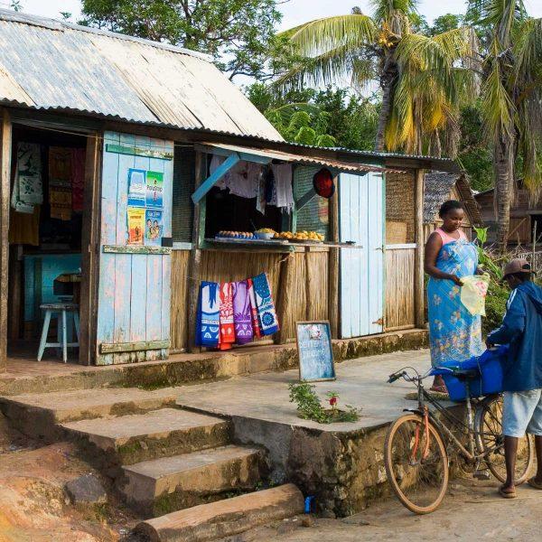 Afrique - Madagascar- A Sainte-Marie, tout le monde circule en vélo