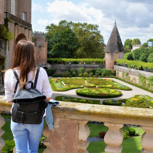 L'ancienne place d'armes du Palais de la Berbie est devenu un jardin d'agrément à la française.