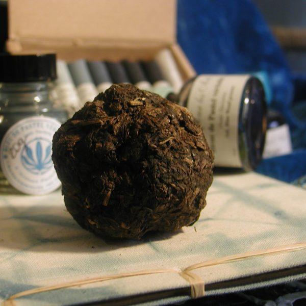 Les fameuses boules de cocagne, des feuilles de pastel broyées et durcies, donnent la teinture bleue.