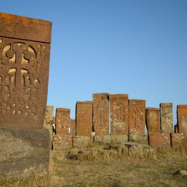 Croix khatchkars au cimetière de Noradouz