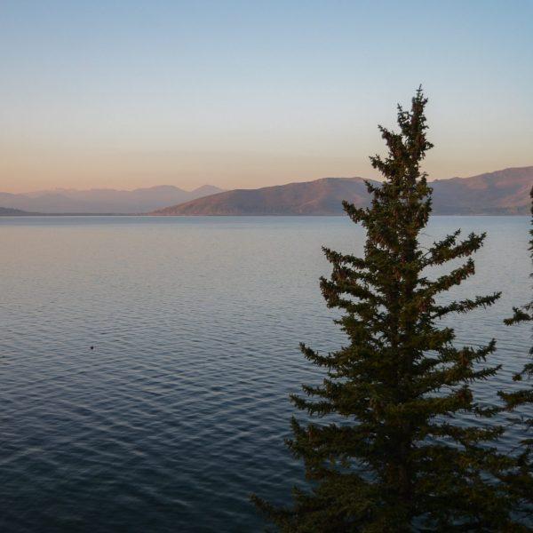Le lac Sevan au lever du soleil