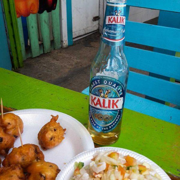 Bahamas - Conch salad et bière Kalik au port de Nassau