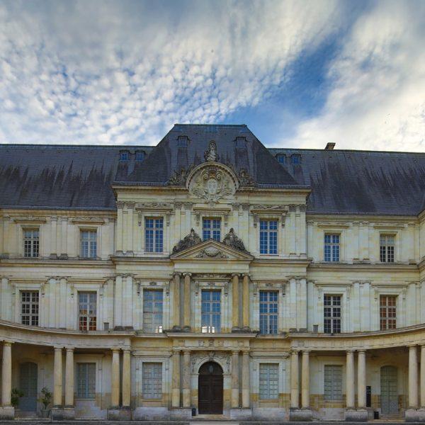 La façade Classique imaginée par Mansart pour un château qui restera une coquille vide.