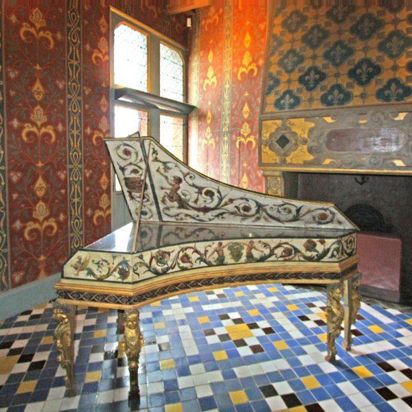 Ce clavecin daté  de 1572 orne la Galerie de la reine.
