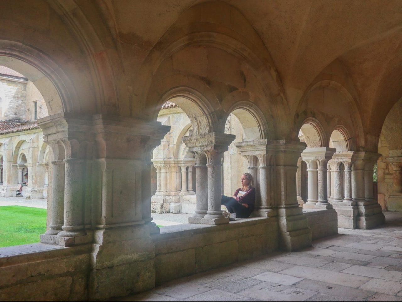bourgogne-cote-d-or-abbaye-cistercienne-de-fontenay-cloitre-douzieme-siecle-jeune-fille