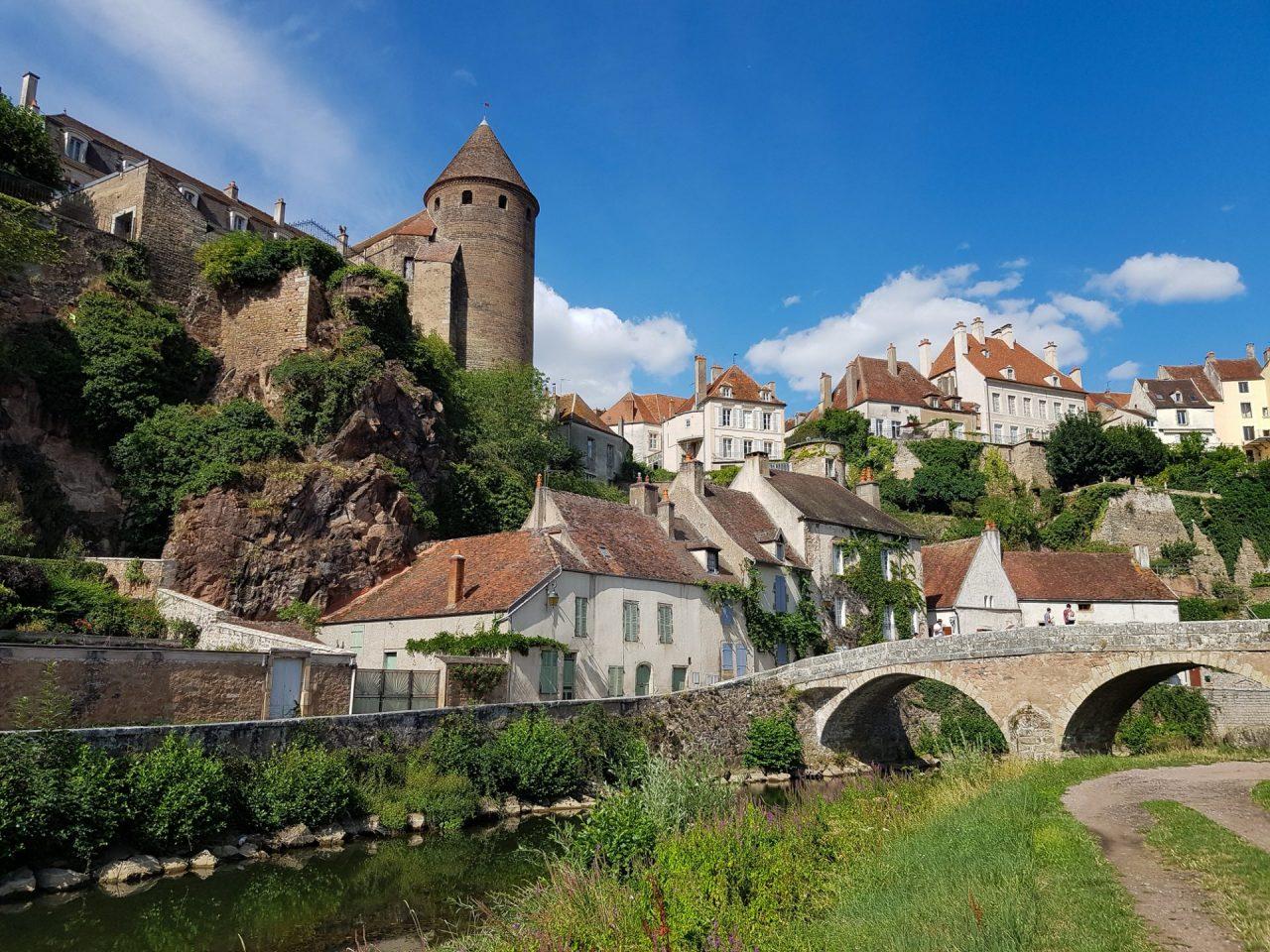 bourgogne-cote-d-or-semur-en-auxois-pont-riviere-armancon-remparts-maisons-samsung