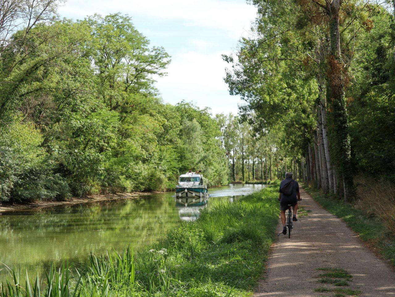 bourgogne-yonne-canal-de-bourgogne-chemin-de-halage-cycliste-peniche-francois