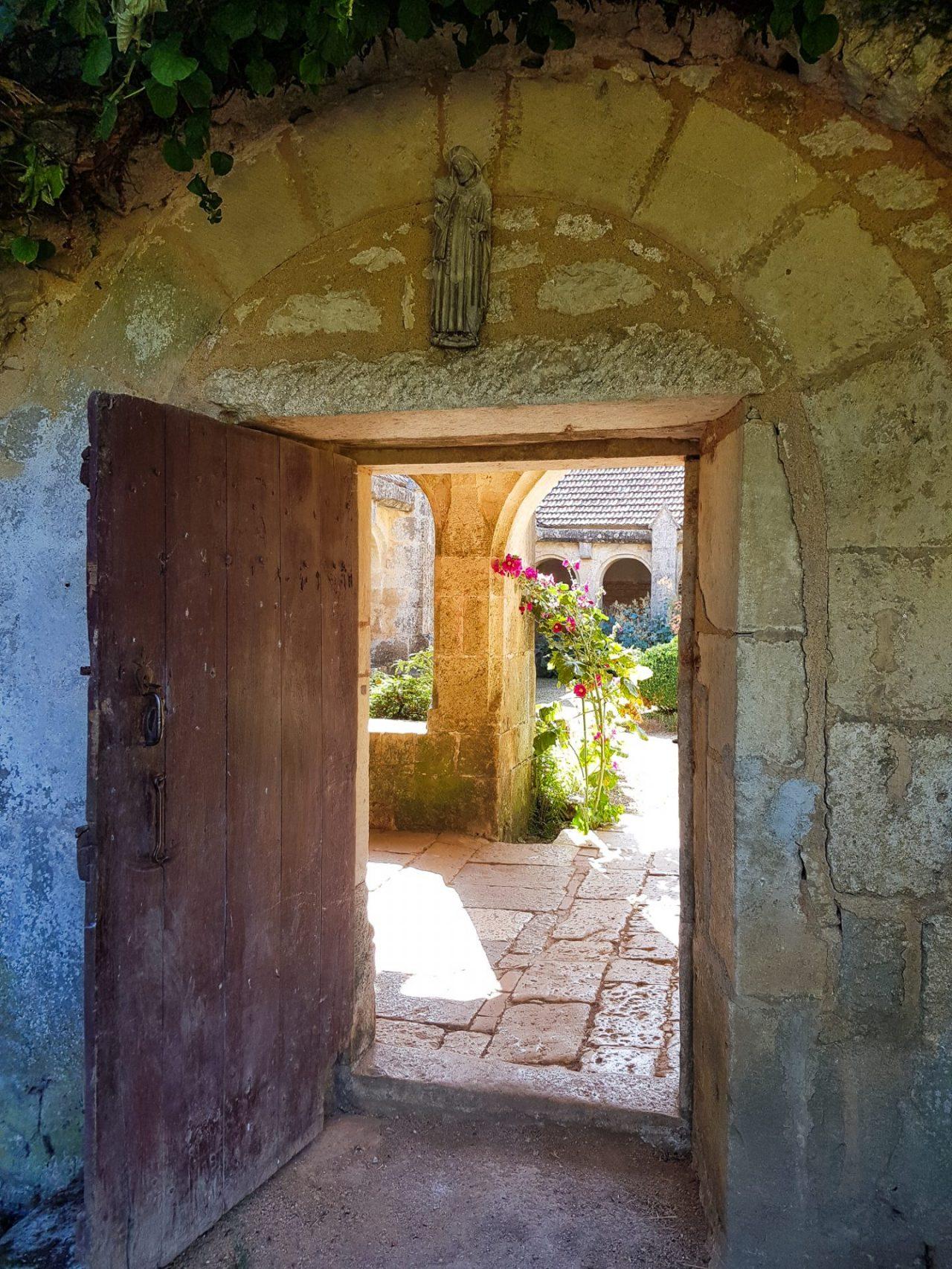 bourgogne-yonne-chatelgerard-prieure-de-vausse-treizieme-siecle-porte-cloitre-lumiere-samsung